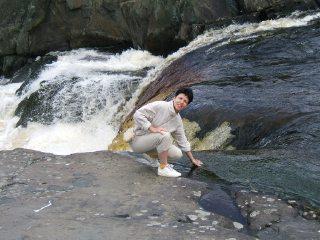 Холодна ли вода в водопаде еще как